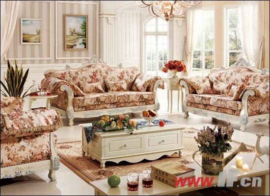 这款的沙发以明亮的花纹布艺沙发打造出大气的感觉,在点缀上艳丽