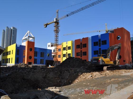 a9号楼以及社区大型超市已经全部封顶,社区幼儿园外立面已完工,外墙