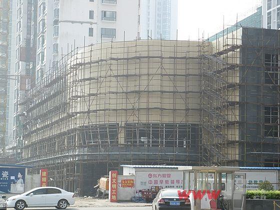 正在装修中的沿街商铺-A11号楼封顶在即 四季花城A区沿街商业装修中高清图片