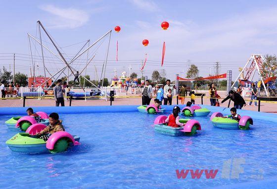 同时,美食节嘉年华现场还设有水战欢乐岛,海盗船,空中飞椅,充气城堡