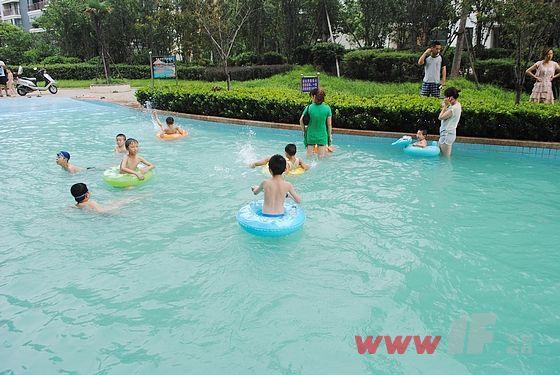 夏天孩子们最喜欢的地方就是游泳池了      此次清凉之夏儿童